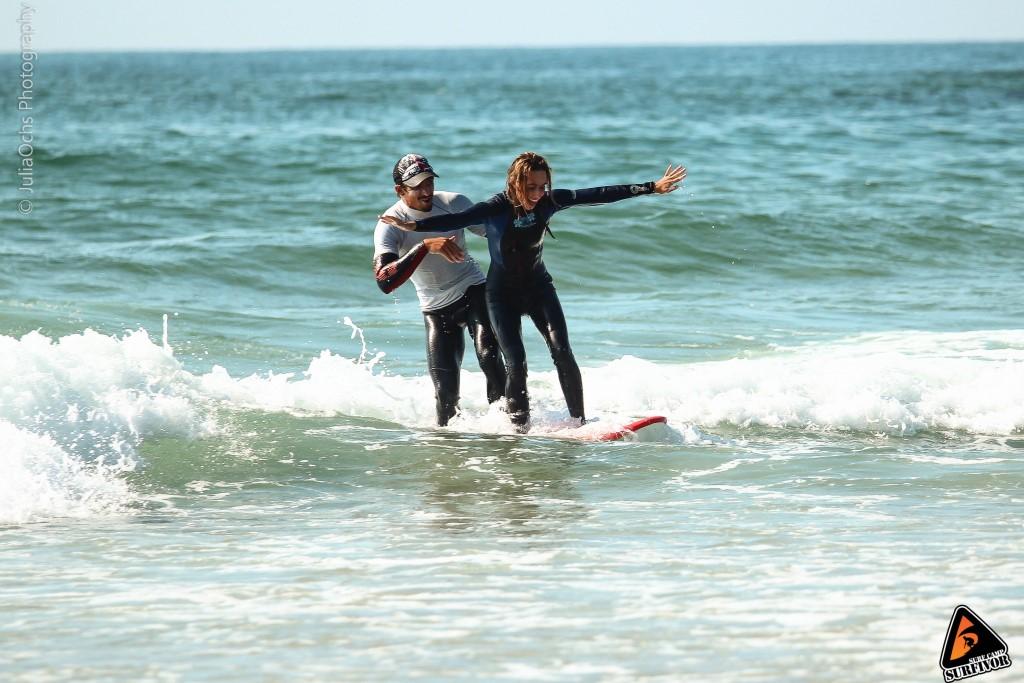 Surflehrer mit Surfschueler